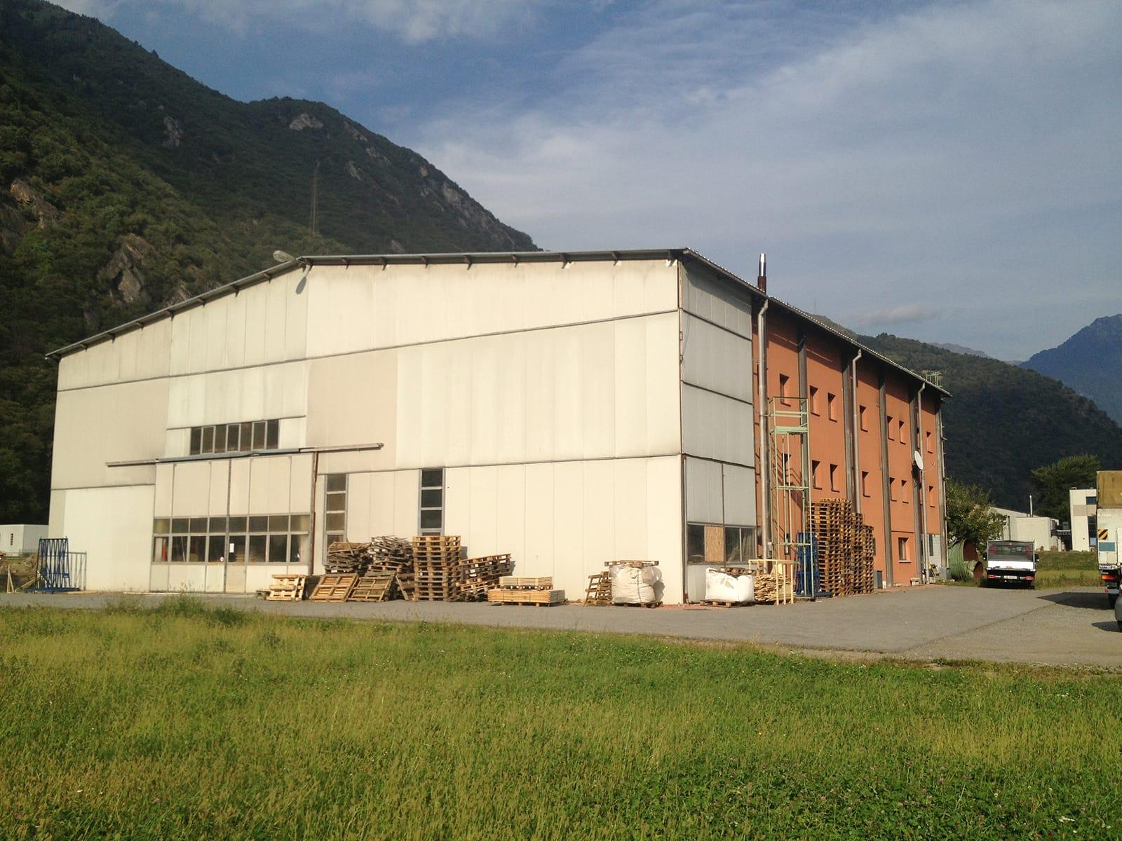 Vendesi terreno con capannone industriale a San Vittore/GR